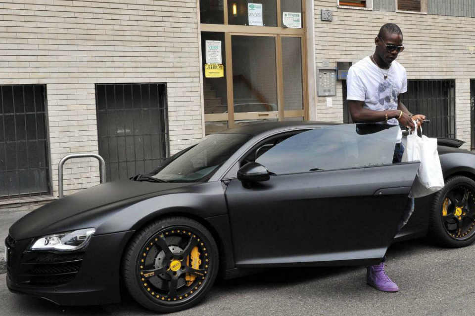 Balotelli yang baru keluar dari Maserati hitam miliknya